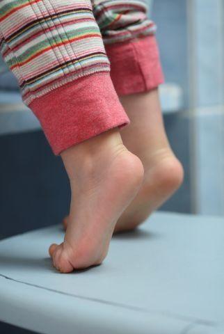 """""""Copilul meu merge pe vârfuri și obosește repede. E posibil să aibă autism?"""""""