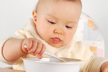 """GHIDUL NUTRIȚIONIȘTILOR: Care este metoda corectă să vă determinaţi copilul să mănânce. """"Părinții le dau tot ce vor ca să scape de ei"""""""