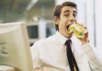 Ce trebuie să faceţi să nu vă îngrăşaţi atunci când mâncaţi la birou