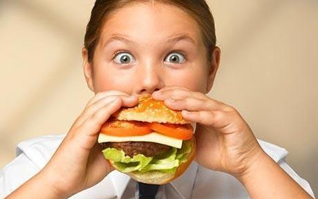 Mâncarea de tip fast food slăbeşte sistemul imunitar al copiilor şi cauzează astm