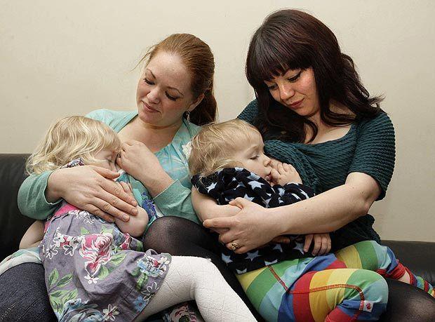 Două surori își alăptează copiii una alteia. Iată ce vedete de peste Ocean spun că ar face și ele asta
