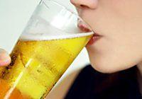 Consumul moderat de bere poate ține la distanţă o afecţiune gravă