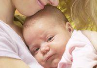 Experţii explică de ce se opresc bebeluşii din plâns când sunt luaţi în braţe