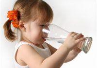 Este bine să bem apă în timp ce mâncăm?