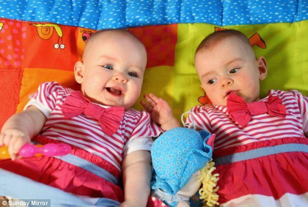 Surorile gemene care s-au născut la distanţă de 87 de zile
