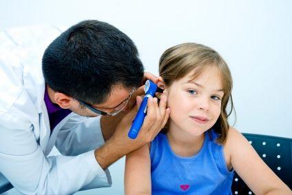 Copiii mai măricei se pot alege cu deficiențe de auz din cauza otitelor repetate