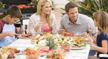 De ce este indicat să le daţi copiilor aceeaşi mâncare pe care o consumă şi restul familiei