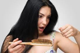 De la infecţii la tulburări tiroidiene. Ce afecţiuni poate ascunde căderea părului