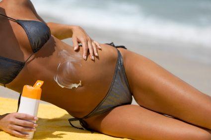 Sfaturi de la dermatologi despre loţiunile de plajă: Nu le folosiţi mai mult de un an şi alegeţi-le pe cele speciale dacă aveţi pielea sensibilă!