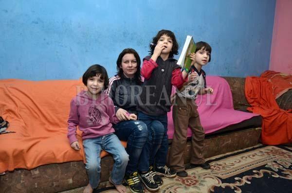 Fetele locuiesc doar cu mama într-o cameră modestă de cămin