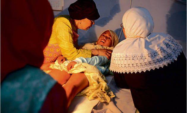 O fetiță a murit în timpul unei proceduri de circumcizie. Vezi ce înseamnă circumcizia la femei şi ce presupune această mutilare!