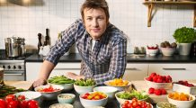 """Jamie Oliver: """"Cele 14 alimente care garantează longevitatea sunt fără pretenții și ușor de găsit în magazine"""""""