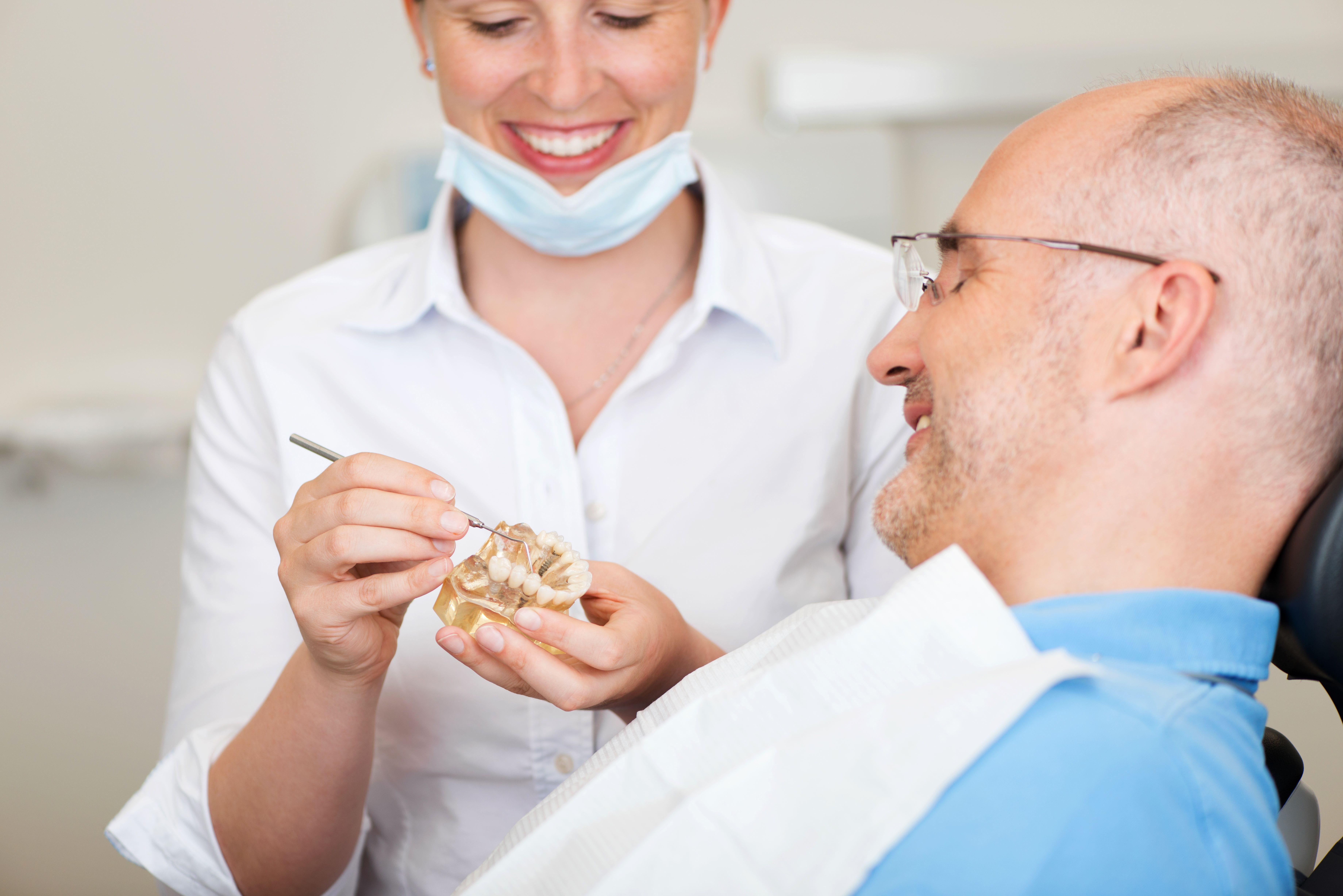 Când este cazul să apelați la implantul dentar. De ce e mai bun decât puntea dentară. Cât costă