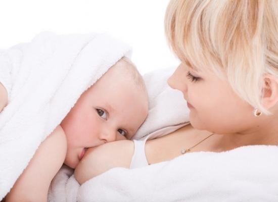 Copiii alăptați sunt feriți de leucemie