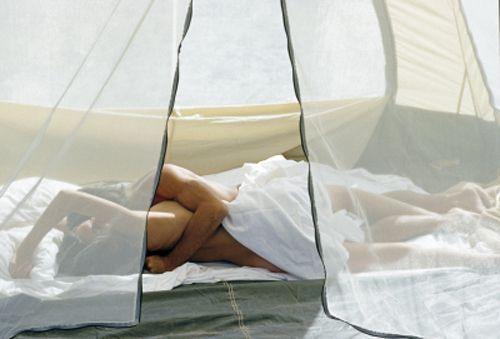 Ghidul cuplurilor pasionale. Cum te pregătești pentru o noapte de sex în cort