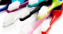 Periuţa de dinţi: câte bacterii conţine, cum o păstrăm şi la cât timp trebuie schimbată