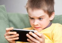 Tot mai mulţi copii afectaţi de o boală cauzată de jocurile video şi de smartphone-uri