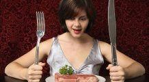 Ce boală cruntă riscă să devolte femeile care au o dietă bogată în carne şi grăsimi