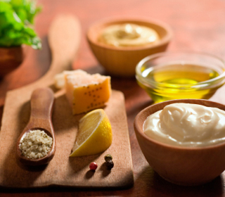 Cum preparaţi sănătos şi cu puţine calorii maioneza, mujdeiul de usturoi şi muştarul