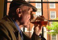 Ce efect neaşteptat are alcoolul în cazul persoanelor în vârstă