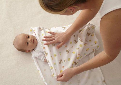 La ce risc vă supuneţi bebeluşul dacă îl înfăşaţi prea strâns