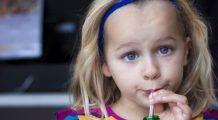 Ce pățesc copiii care consumă sucuri acidulate