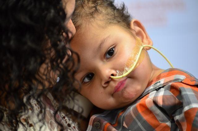 Un băiețel de trei ani a supraviețuit în mod miraculos după ce i-au fost transplantate cinci organe