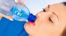 Bei apă din sticle sau pahare de plastic? Iată ce ți se poate întâmpla