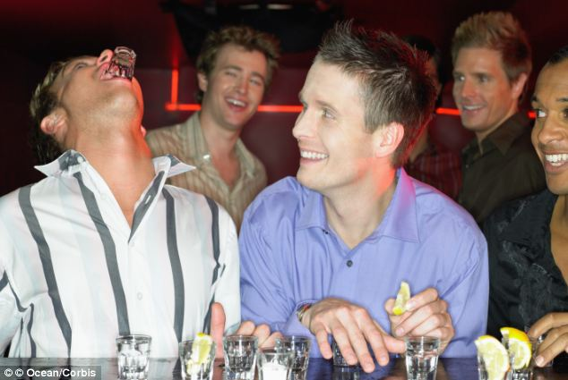 Ce riști dacă amesteci alcoolul cu energizante