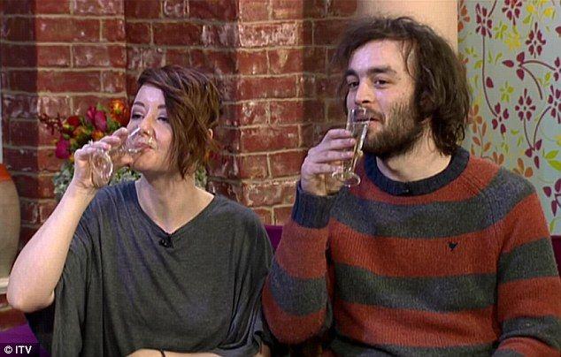 """Ce calități terpautice susțin doi tineri că are urina. """"În fiecare zi beau o ceașcă sau două"""""""
