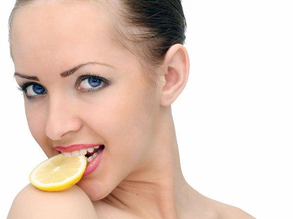 Un fruct care AJUTĂ la SLĂBIT albește cu putere DINȚII