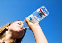 RISC MAJOR. Ce se întâmplă cu orgasnismul tău dacă bei doar apă îmbuteliată?
