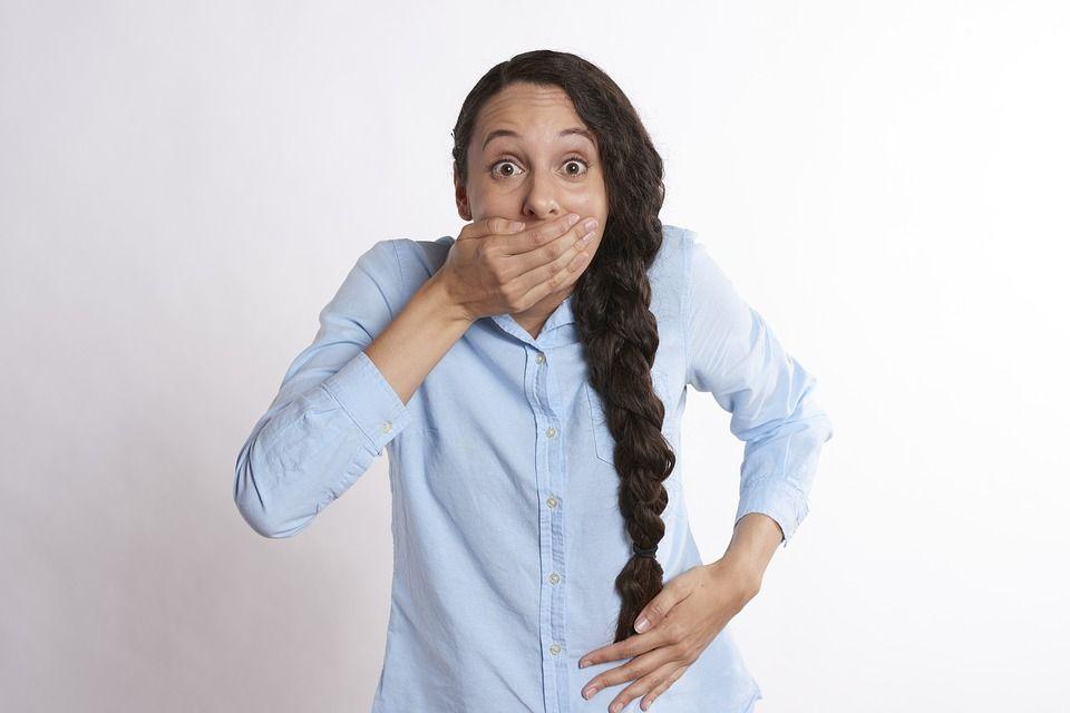 Cauzele respirației urât mirositoare. Poate fi simptom de diabet sau de boli hepatice