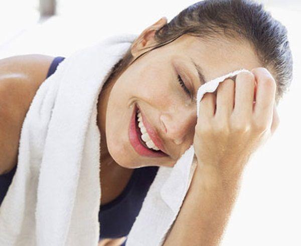 Soluția împotriva transpirației excesive. Mai eficientă decât antiperspirantele