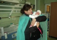 Narcisa, alături de mama ei, la externarea din spital