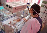 """O răceală puternică a făcut-o să nască prematur. """"Medicii spuneau că gemenii nu vor supraviețui, aparatura i-a salvat"""""""