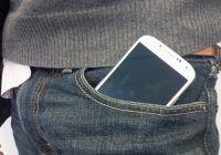 Ce pățesc bărbații care țin telefonul în buzunar