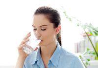 Înainte, în timpul sau după ce mănânci? Află când e indicat să bei apă