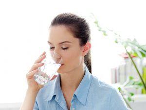Cinci momente esențiale din zi când trebuie să bei un pahar cu apă
