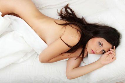 De ce e bine să dormi în pielea goală?