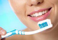 Cât de periculoase sunt milioanele de bacterii de pe periuța de dinți
