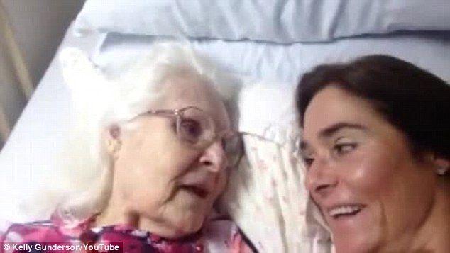 """""""E un dar de la Dumnezeu"""". Mama ei avea Alzheimer și nu o mai recunoștea. Într-o zi, însă, a avut parte de o minune"""
