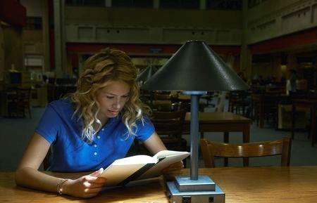 Ce se întămplă cu ochii tăi dacă citești la lumină slabă?Explicațiile specialistului