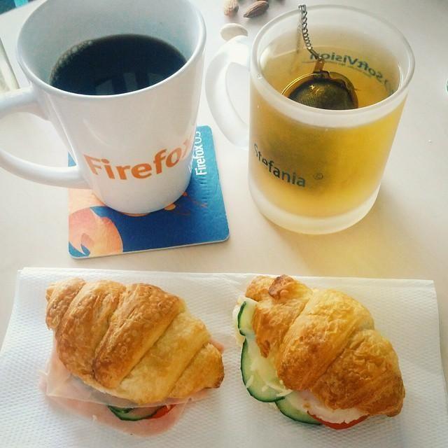 Ce e mai sănătos să bei dimineața: CAFEA sau CEAI?
