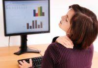 O poziție incorectă la birou cauzează varice și dureri de spate. Iată cum să stai corect