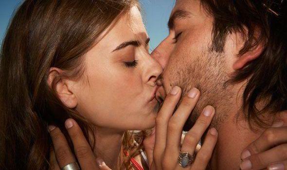 O boală care se transmite prin sărut poate cauza cancer oral. Simptomele sunt asemănătoare cu cele ale răcelii