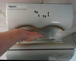 De ce să nu folosești niciodată uscătoarele de mâini din toalete