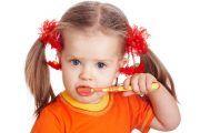 Cum îi convingem pe cei mici să se spele pe dinți: