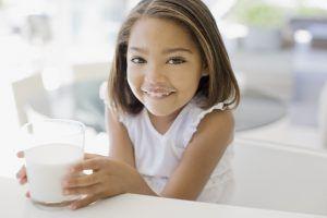 De cât lapte au nevoie copiii și ce cantitate le-ar putea face rău?