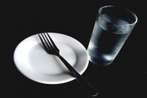 """Singura metodă sigură de prelungire a vieţii este înfometarea spun medicii. """"Bolile ni se trag de la excesul de alimente"""""""